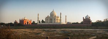 Taj Mahal de enfrente de el río de Yamuna Imagen de archivo libre de regalías