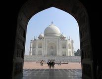 Taj Mahal de un portal arqueado de la mezquita adyacente Fotos de archivo libres de regalías