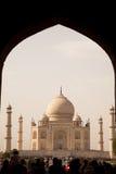Taj Mahal dentro de la arcada imágenes de archivo libres de regalías