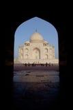 Taj Mahal dentro de la arcada foto de archivo