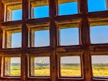 Taj Mahal detrás obstruye - la vista panorámica de campos con Taj Mahal en fondo del fuerte rojo de Agra fotos de archivo
