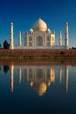 Taj Mahal die in rivier wordt weerspiegeld stock foto's
