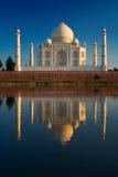 Taj Mahal die in rivier wordt weerspiegeld Royalty-vrije Stock Afbeeldingen