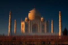 Taj Mahal die in rivier wordt weerspiegeld royalty-vrije stock fotografie