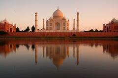 Taj Mahal die in rivier wordt weerspiegeld royalty-vrije stock afbeelding