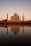 Taj Mahal die in rivier wordt weerspiegeld Stock Afbeelding