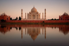 Taj Mahal die in rivier wordt weerspiegeld Stock Foto