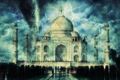 Taj Mahal durante a tempestade, a chuva e a iluminação pesadas na Índia fotos de stock