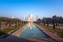 Taj Mahal is een ivoor-wit marmeren mausoleum op de zuidenbank van de Yamuna-rivier in de Indische stad van Agra, Stock Afbeelding