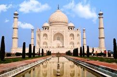 Taj Mahal en het wijzen van op pool stock afbeelding