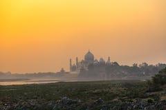 Taj Mahal en la niebla de la mañana Foto de archivo