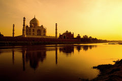 Taj Mahal en la puesta del sol. Fotografía de archivo