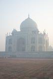 Taj Mahal en niebla de la madrugada Imagen de archivo libre de regalías