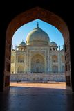 Taj Mahal a encadré dans la voûte, Âgrâ, Inde image stock