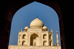Taj Mahal a encadré dans une voûte, ciel bleu, Inde Image libre de droits