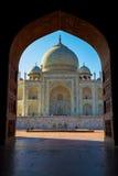 Taj Mahal enmarcó en el arco, Agra, la India imagen de archivo