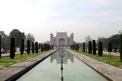 Taj Mahal es un mausoleo de mármol blanco en el banco del río Yamun Imágenes de archivo libres de regalías