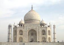 Taj Mahal es un mausoleo de mármol blanco en el banco del río Yamun Foto de archivo