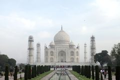 Taj Mahal es un mausoleo de mármol blanco en el banco del río Yamun Imagen de archivo