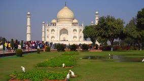 Taj Mahal est un mausolée de marbre blanc ivoire sur la rive sud de la rivière de Yamuna dans la ville indienne d'Âgrâ, uttar pra photos stock