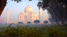 Taj Mahal est un mausolée de marbre blanc ivoire sur la rive sud de la rivière de Yamuna dans la ville indienne d'Âgrâ, uttar pra image stock