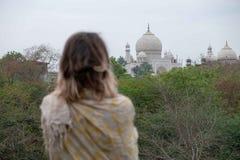 Taj Mahal från en beskåda punkt på Taj Nature Walk royaltyfri fotografi