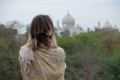 Taj Mahal från en beskåda punkt på Taj Nature Walk arkivbild