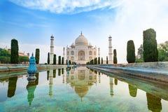 Taj Mahal frontowy widok odbijał na odbicie basenie Zdjęcie Stock