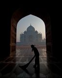 Taj Mahal gestaltet durch eine Tür Stockfoto