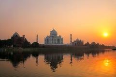 Taj Mahal ha riflesso nel fiume di Yamuna al tramonto a Agra, India Immagini Stock Libere da Diritti