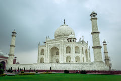 Taj Mahal i aftonen som täckas i moln Arkivbilder