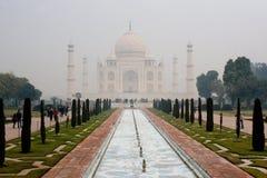 Taj Mahal i misten fotografering för bildbyråer