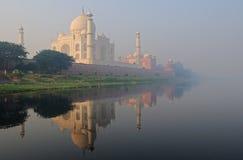 Taj Mahal im Nebel Stockbild
