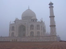 Taj Mahal, India travou na névoa da manhã Imagem de Stock