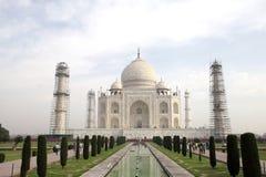 Taj Mahal ist ein weißes Marmormausoleum in der Bank von Fluss Yamun Lizenzfreies Stockbild
