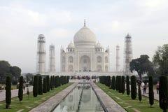 Taj Mahal ist ein weißes Marmormausoleum in der Bank von Fluss Yamun Stockfotos