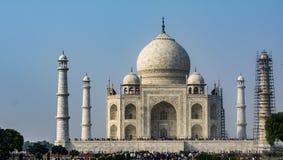 Taj Mahal med en pelare under maintanance arkivfoto