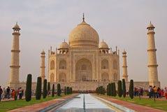 Taj Mahal med pölen och trädgården arkivfoto