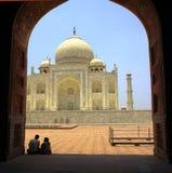 Taj Mahal med par Arkivbild