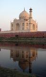 Taj Mahal met bezinning in de Yamuna-Rivier stock foto