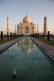 Taj Mahal Mirrored dans la piscine se reflétante, Âgrâ, Inde Photos libres de droits