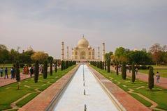 Taj Mahal mit dem Pool und dem Garten Stockfotografie