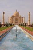 Taj Mahal mit dem Pool und dem Garten Stockbilder