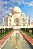 Taj Mahal n Agra jest popularnym miejscem dla turystów i miejscowych odwiedzać Agra, India, 2014 Zdjęcie Stock