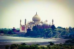 Taj Mahal na bankach Yamuna rzeka - przeglądać od Agra fortu Fotografia Stock