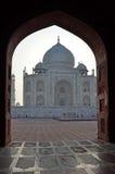 Taj Mahal obramiający w łuku, Agra, Uttar Pradesh, Ind Zdjęcia Stock