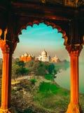 Taj Mahal och omgeende byggnader och tempel som skjutas från avstånd royaltyfri bild