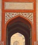 Taj Mahal od Łukowatego wejścia Otaczający budynek Zdjęcia Stock