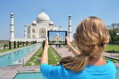 Taj Mahal op het scherm van een tablet stock foto