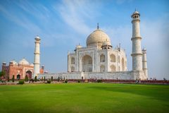Taj Mahal på en solig dag Envit marmormausoleum på den södra banken av den Yamuna floden i Agra, Uttar Pradesh, Indien fotografering för bildbyråer